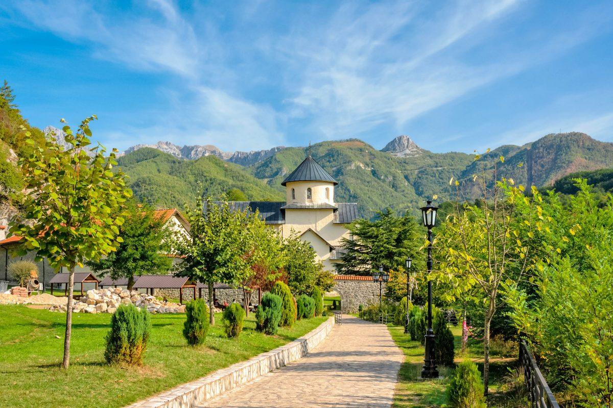 Gründung und Bau des Manastir Morača in Montenegro erfolgten im Jahr 1252 unter Herzog Stephan - © Valery Egorov / Shutterstock