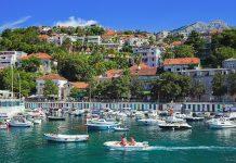 Die malerische Strandpromenade von Herceg Novi in der Bucht von Kotor lädt zum Flanieren ein, Montenegro - © Mikhail Markovskiy/Shutterstock