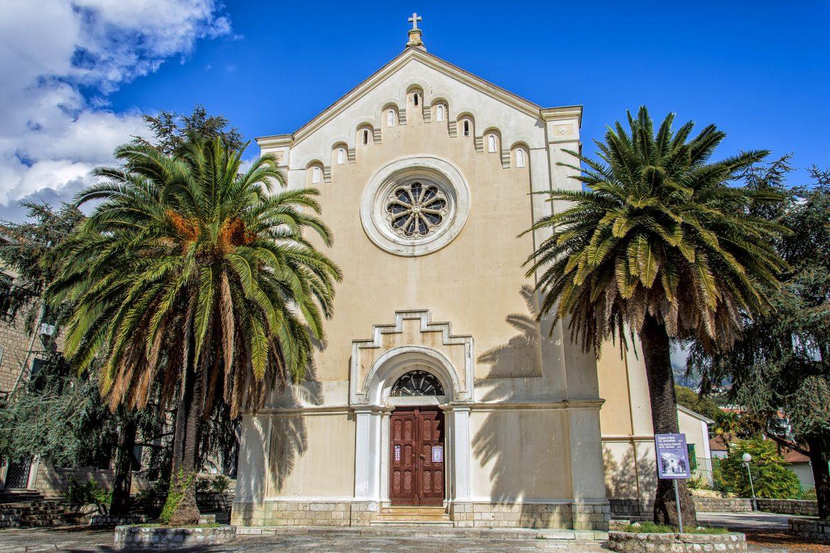 Die Sveti Jeronima-Kirche in der Altstadt von Herceg Novi ist mit einem prachtvollen Holzaltar und kostbaren Goldschmiedearbeiten ausgestatte, Montenegro - © Goran Bogicevic / Shutterstock