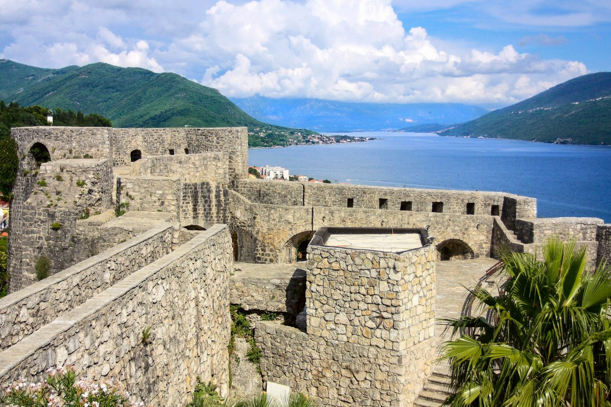 Von der Kanli-Kula-Festung von Herceg Novi hat man eine idealen Blick über die Bucht von Kotor, Montenegro - © Mirumur / Shutterstock