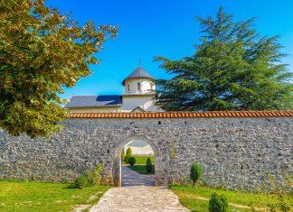 Hinter einer hohen Mauer liegt das Morača Kloster bestehend aus einer Kirche, einer Kapelle und dem Wohnhaus der Mönche, Montenegro - © Anton_Ivanov / Shutterstock
