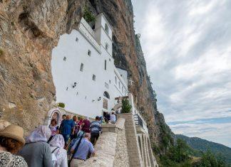 Im Felsenkloster von Ostrog in Montenegro treffen sich Orthodoxe, Katholiken und Muslime zum Gebet - © Pe3k / Shutterstock