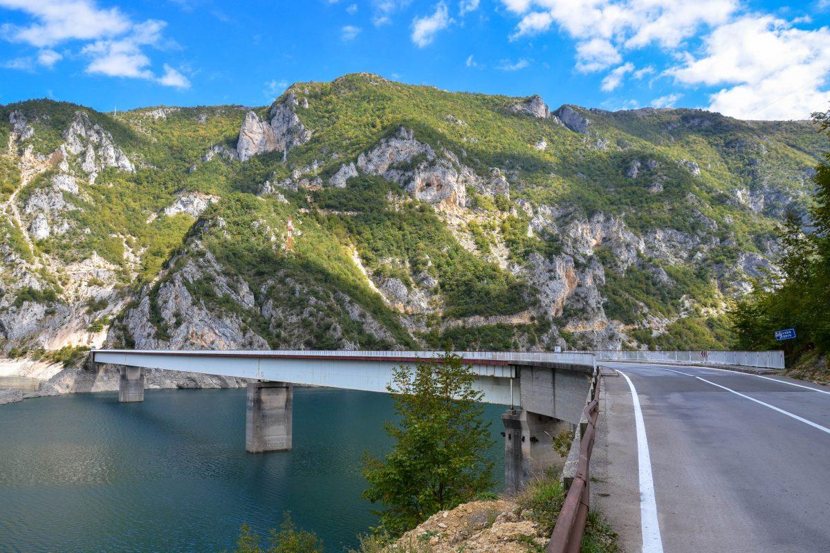 In der Nähe von Plužine wird der Piva-Stausee von der E762 auf einer markanten Brücke überquert, im Hintergund das Durmitorgebirge, Montenegro - © FRASHO / franks-travelbox