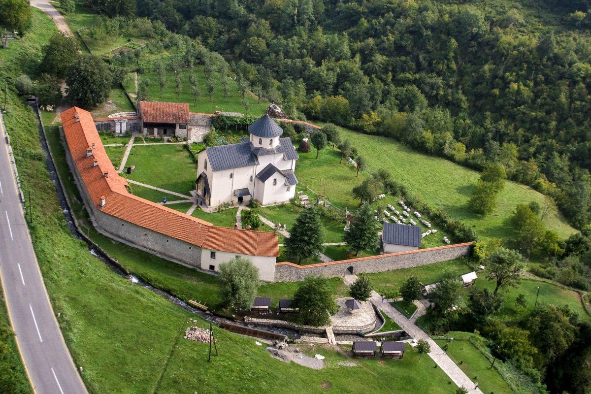Das Morača-Kloster in der Nähe von Kolašin kann mit kunstvollen Fresken, einem spektakulär gearbeiteten Fußboden und einer traumhaften Umgebung aufwarten, Montenegro - © ddsign / Shutterstock