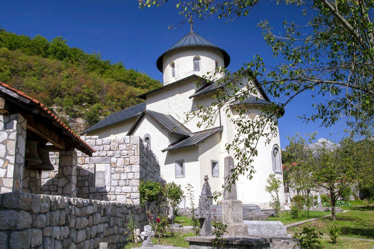 Das Morača-Kloster in der Nähe von Kolašin wurde im Jahr 1252 gegründet und ist eines der wenigen mittelalterlichen Baudenkmäler Montenegros, die vollständig erhalten sind, Montenegro - © DyziO / Shutterstock