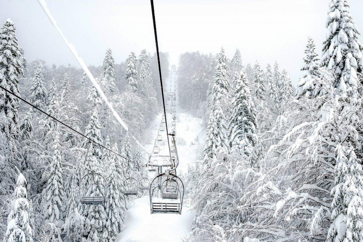 Tiefster Winter im Skigebiet von Kolašin inmitten der Bjelasica-Berge im Herzen von Montenegro - © Foxy's Forest Manufacture / Shutterstock