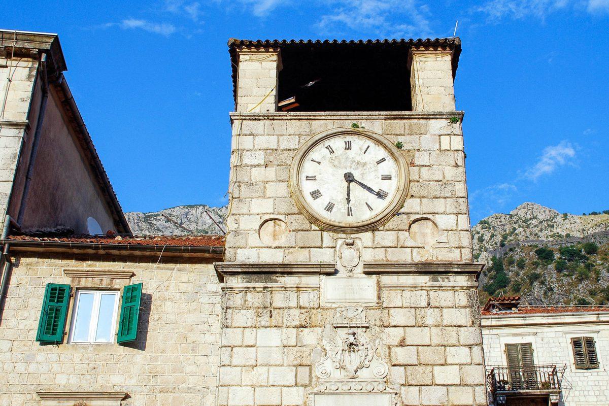 Am Hauptplatz von Kotor thront der dreistöckige Renaissance-Uhrturm aus dem Jahr 1602, der unter dem venezianischen Verwaltungsgeneral Antonio Grimaldi erbaut wurde, Montenegro - © InnaFelker / Shutterstock
