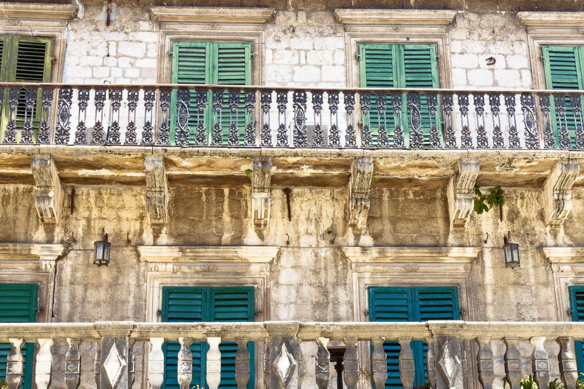Der Palata Pima wurde im 14. Jahrhundert von der reichsten Familie Kotors errichtet, heute wirkt seine Fassade etwas heruntergekommen, Montenegro - © Doin Oakenhelm / Shutterstock