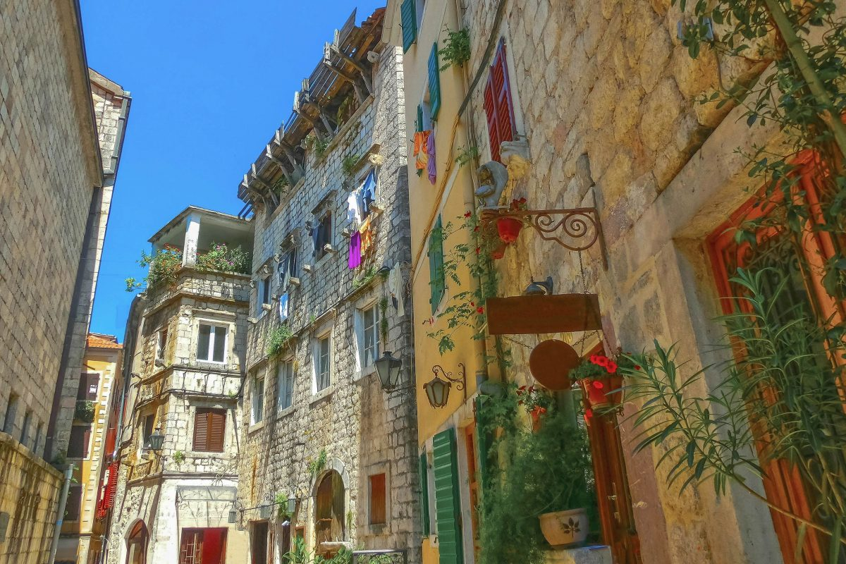 Die historischen Häuser in Kotor wurden alle mit originalen Bauteilen rekonstruiert, Montenegro - © Solarisys / Shutterstock