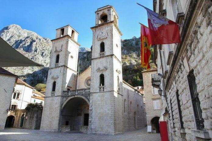 Die Kathedrale Sveti Trifun ist das bedeutendste mittelalterliche Bauwerk Kotors und beherbergt die Reliquien des Stadtpatrons, Montenegro - © Vladimir Mucibabic / Shutterstock