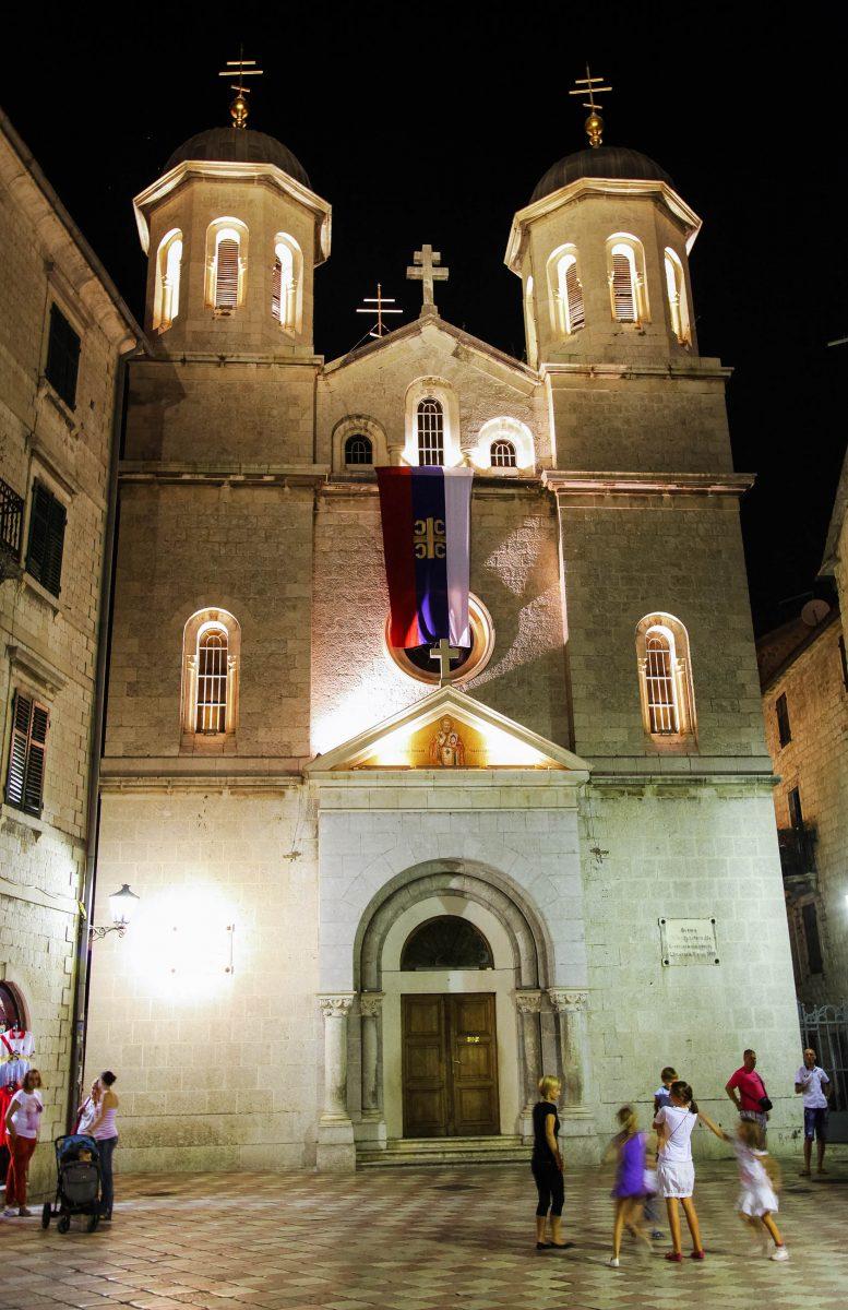 Die neobyzantinische Kirche Sveti Nikola in Kotor, Montenegro, wurde erst im Jahr 1909 fertiggestellt und ist dem Schutzpatron der Seefahrer geweiht - © Prometheus72 / Shutterstock