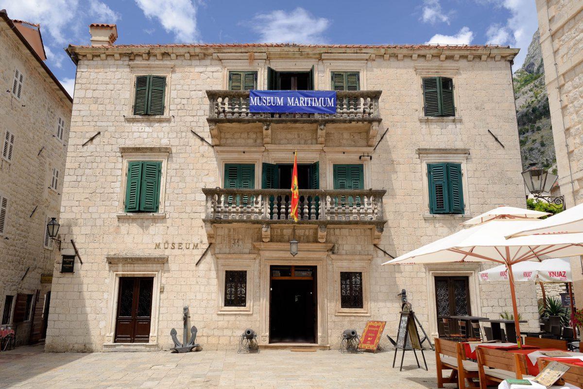 In den großzügigen Räumlichkeiten des Palata Grgurina in Kotor, Montenegro, ist heute ein Seefahrts- und Meeresmuseum eingerichtet - © windu / Shutterstock