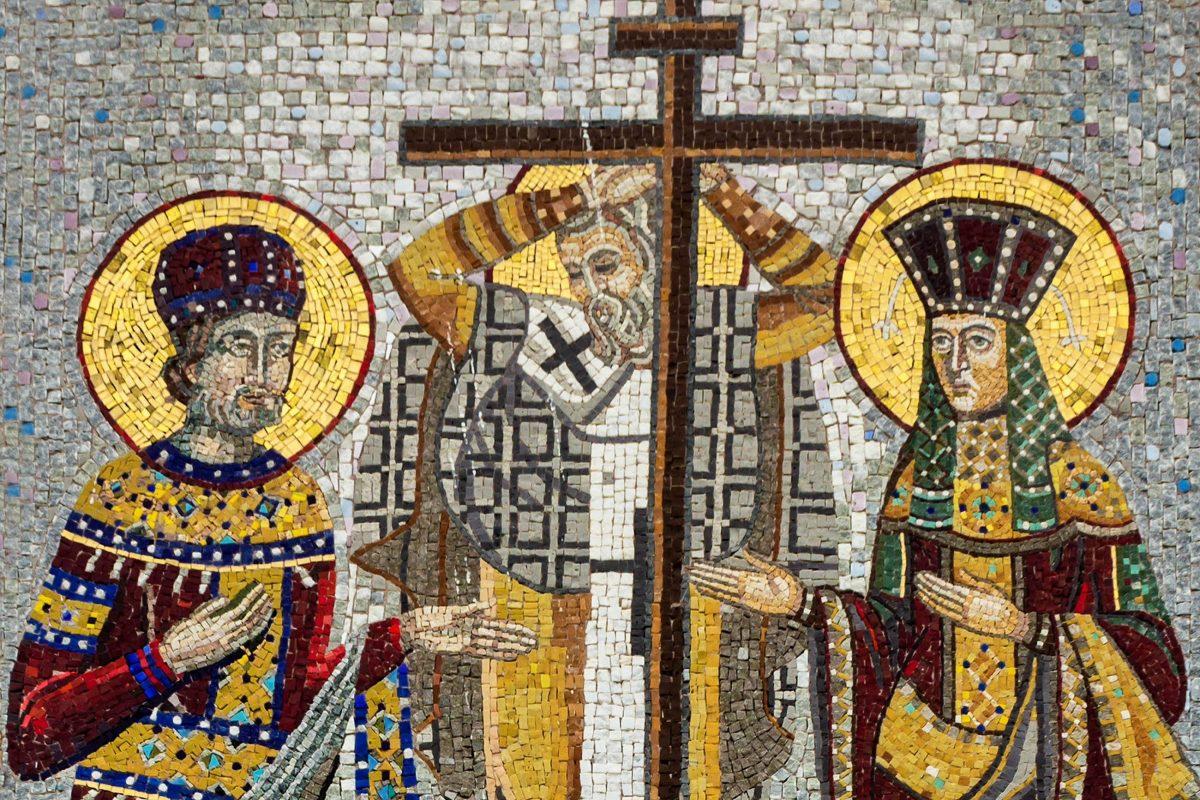 Kunstvolles Mosaikbild des Hl. Konstantins und der Hl. Helena im Felsenkloster Ostrog, Montenegro - © Vlada Photo / Shutterstock