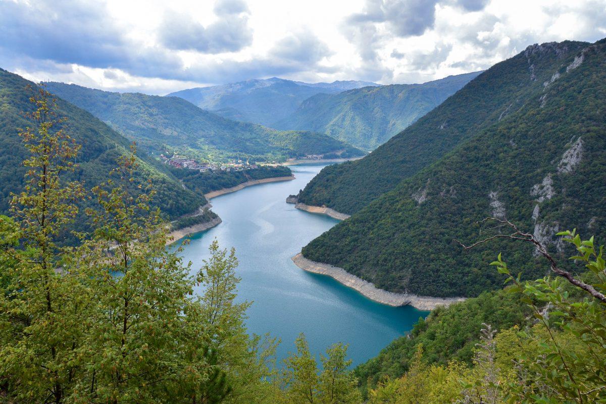 Panoramaaussicht in die Pivaschlucht mit dem gleichnamigen Stausee; am Ufer die Kleinstadt Plužine, die zu Beginn der 70er-Jahre wegen des Stausees umgesiedelt wurde, Montenegro - © FRASHO / franks-travelbox