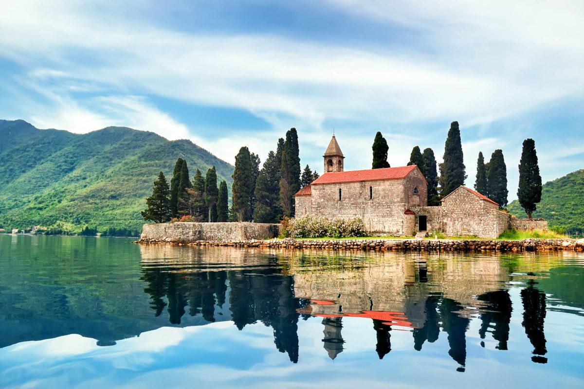 Auf der zypressenbestandenen Insel Sveti Đorđe vor Perast in Montenegro fanden die großen Persönlichkeiten der Stadt ihre letzte Ruhestätte - © hor Pasternak / Shutterstock