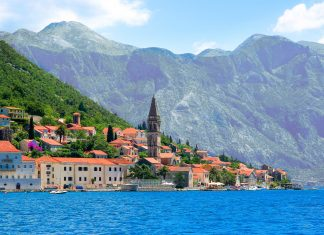 Der charmante Ort Perast in der traumhaften Bucht von Kotor in Montenegro ist schon von weitem eine Augenweide - © Planner / Shutterstock