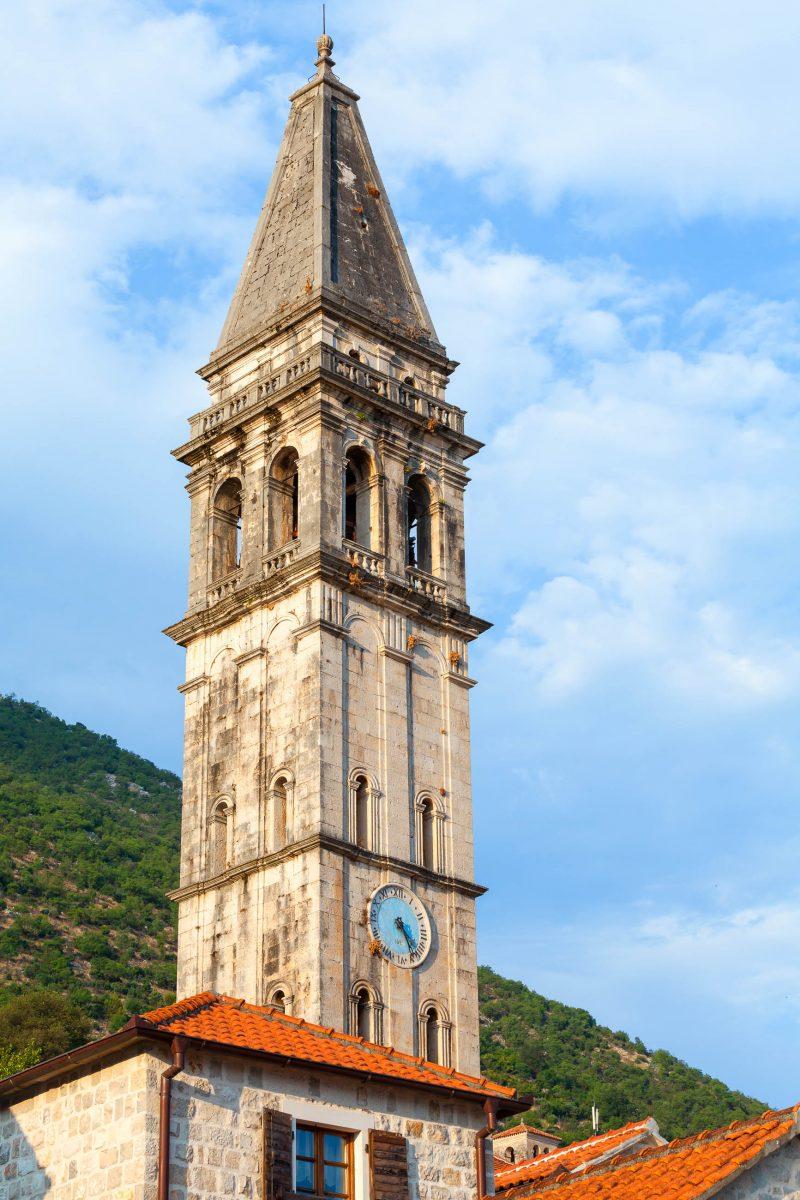 Der markante Glockenturm der Pfarrkirche des Hl. Nikolaus in Perast ist mit 55m der höchste in der Bucht von Kotor, Montenegro - © Eugene Sergeev / Shutterstock