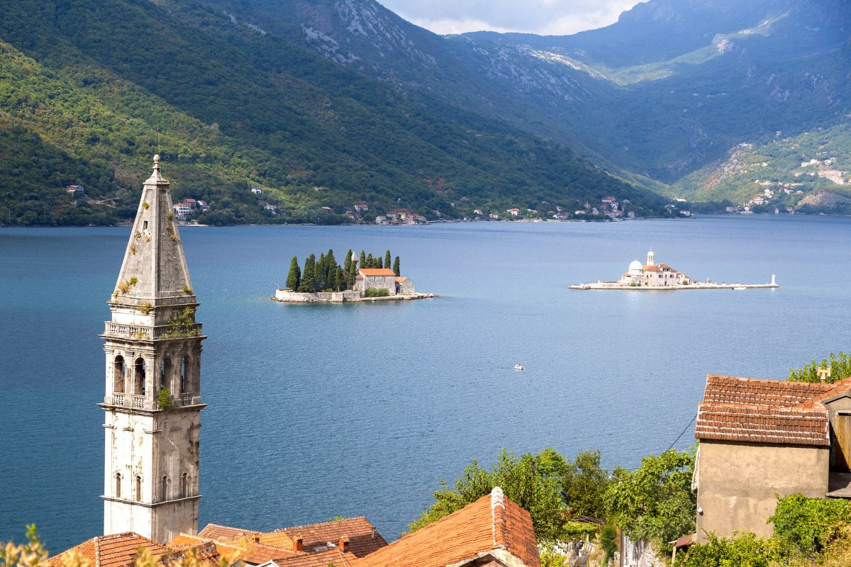 Die beiden kleinen Klosterinseln Sveti Đorđe und Gospa od Škrpjela vor Perast geben dem Postkartenmotiv noch den letzten Schliff, Montenegro - © ddsign / Shutterstock