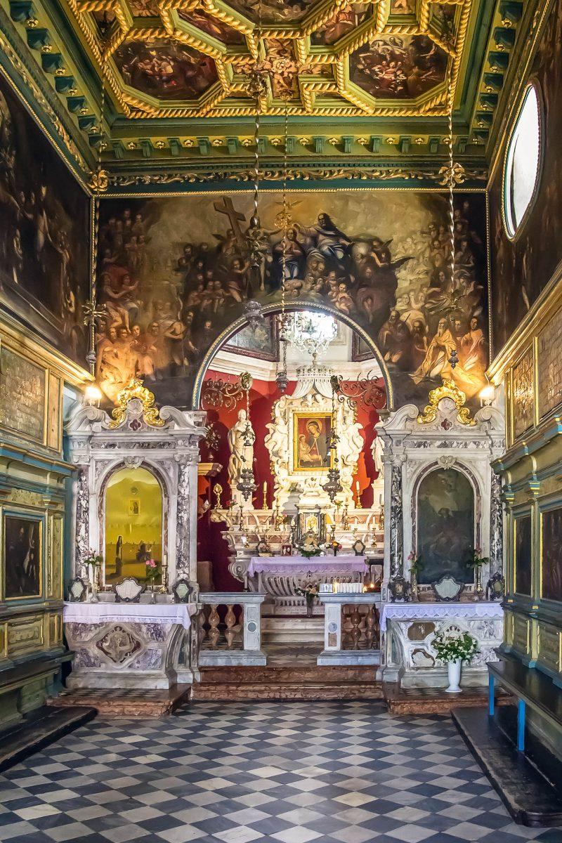 Im prachtvoll ausgestatteten Innnenraum der Gospa od Škrpjela vor Perast sind knapp 70 kunstvolle Gemälde zu sehen, Montenegro - © Kiev.Victor / Shutterstock