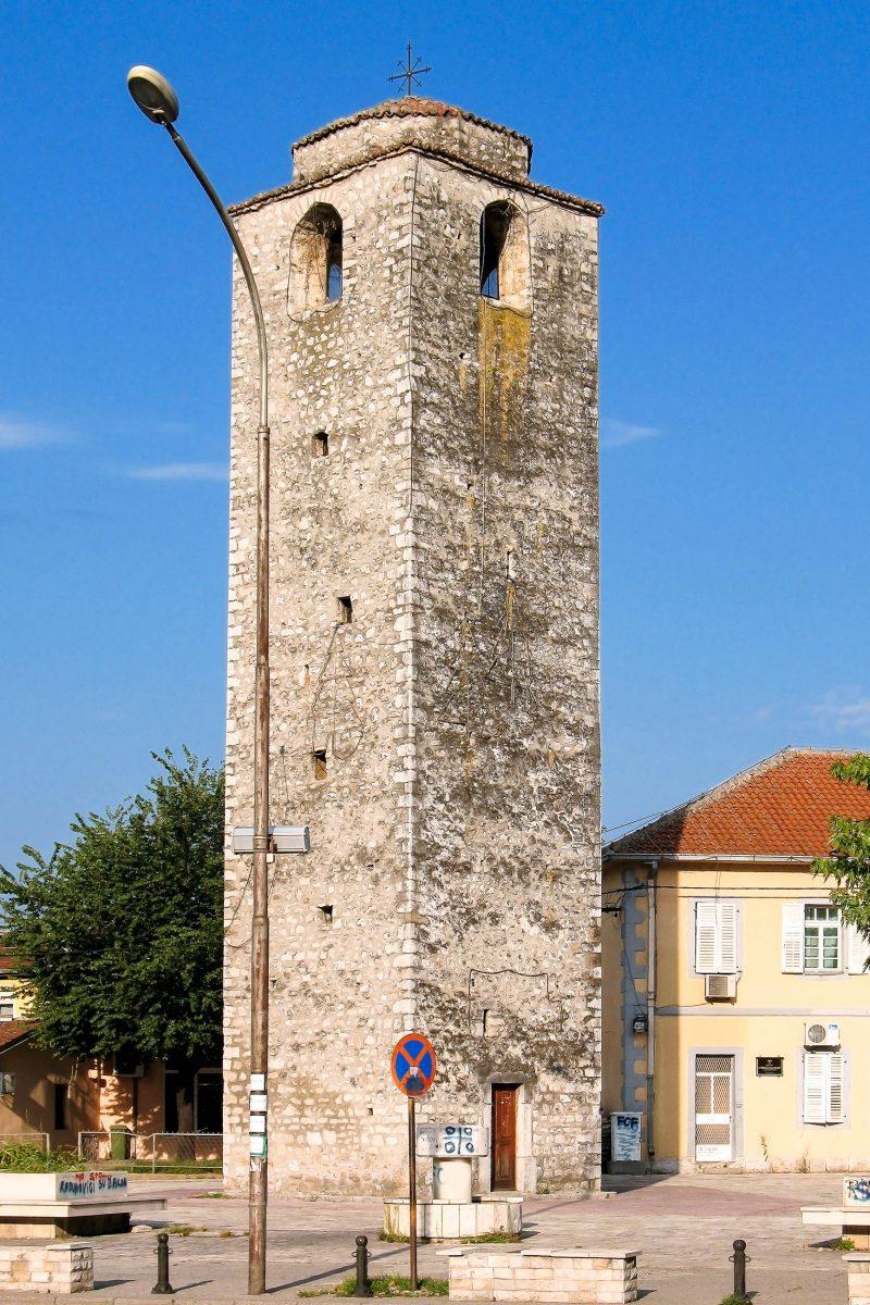 Der osmanische Uhrenturm Sahat Kula erhebt sich noch heute in der montenegrinischen Hauptstadt Podgorica - © AlenVL / Shutterstock