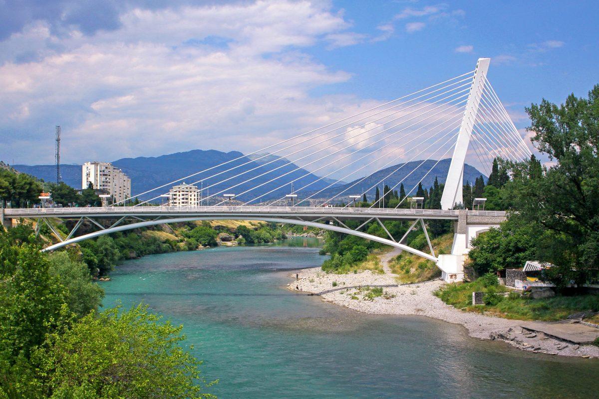 Die Millennium-Brücke über die Morača wurde am Nationalfeiertag Montenegros eingeweiht und ist eines der Wahrzeichen von Podgorica - © katatonia82 / Shutterstock