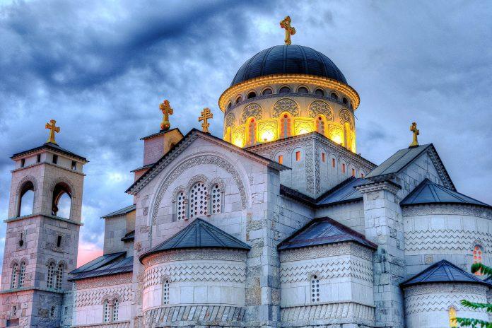 Die serbisch-orthodoxe Auferstehungskathedrale ist das architektonische Prunkstück von Podgorica und eines der jüngsten Wahrzeichen der Stadt, Montenegro - © Samo Trebizan / Shutterstock