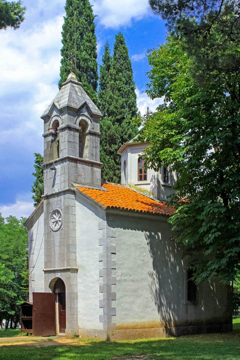 Die unauffällige Kirche des Hl. Georg am Fuß des Hügels Gorica stammt aus der Zeit um 1000 nach Christus und ist eines der ältesten Bauwerke in Podgorica, Montenegro - © katatonia82 / Shutterstock
