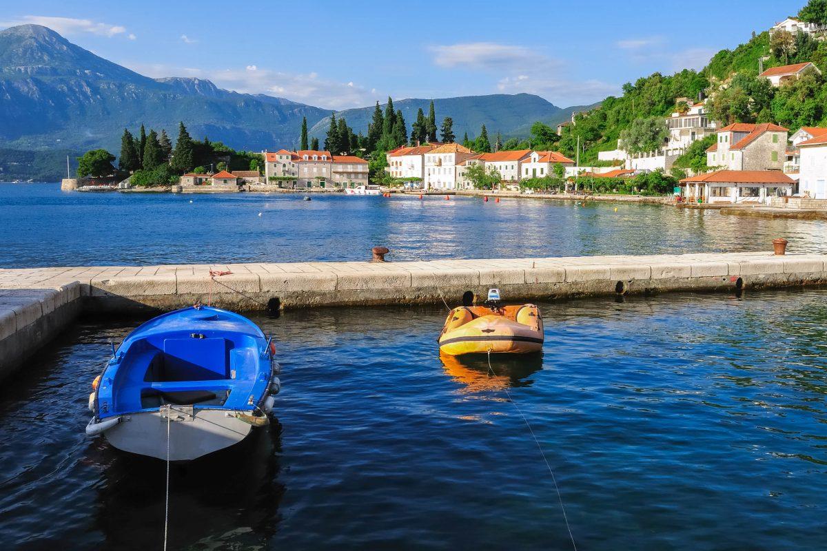 Das wunderbar ruhige Fischerdorf Rose liegt ganz an der Spitze der Halbinsel Luštica südlich von Tivat, Montenegro - © AlexanderStudentschnig/Shutterstock