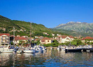 Durch den nahe gelegenen Flughafen ist das geschäftige Tivat mit dem riesigen Jachthafen für viele Besucher das Eingangstor nach Montenegro - © Diana Valujeva / Shutterstock