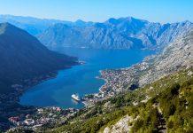 Traumhafter Blick von der R-1 auf die Bergkulisse der Bucht von Kotor, Montenegro - © FRASHO / franks-travelbox