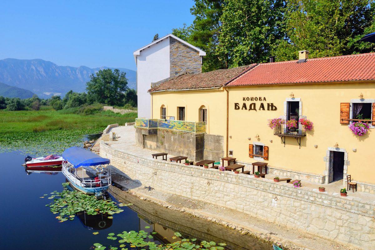 Die Vinothek Konoba in Virpazar ist mit ihrer sonnigen Terrasse direkt am Skadar-See besonders einladend, Montenegro - © Oleg Znamenskiy / Shutterstock