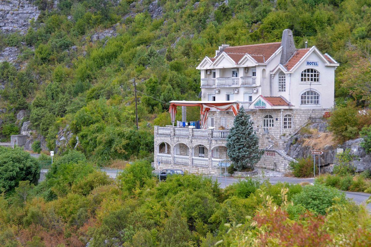 Vom Hotel Gazidova aus eröffnet sich ein atemberaubender Blick auf eine Mäander des Rijeka Crnojevića um einen saftig grünen Hügel, der DAS Vorzeigemotiv der Region darstellt, Montenegro - © FRASHO / franks-travelbox