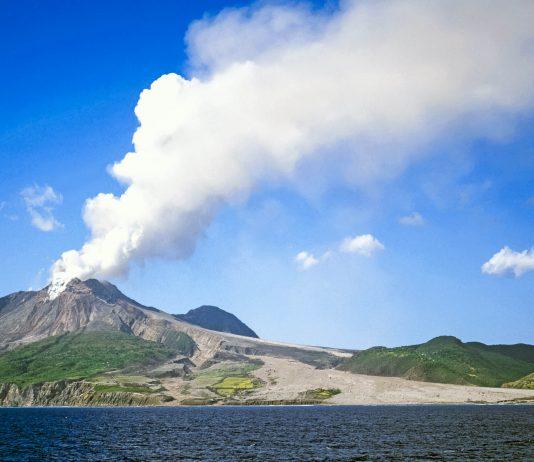Der rauchende Vulkan Soufrière auf der karibischen Insel Montserrat  - © Adrian Reynolds / Shutterstock