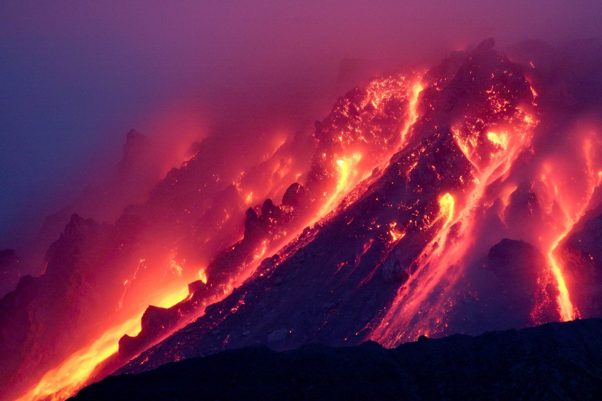 Glühende Lavaströme am Vulkan Soufriére in Montserrat, Karibik - © Photovolcanica.com / Shutterstock