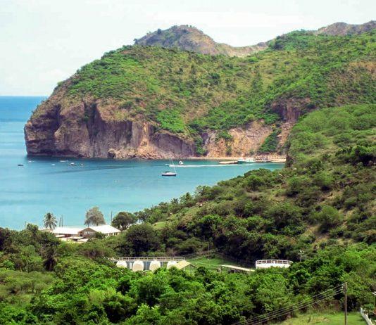 Little Bay auf Montserrat ist perfekt zum Schwimmen und bietet auch einige Beach Bars - © David Stanley CC BY2.0/Wiki