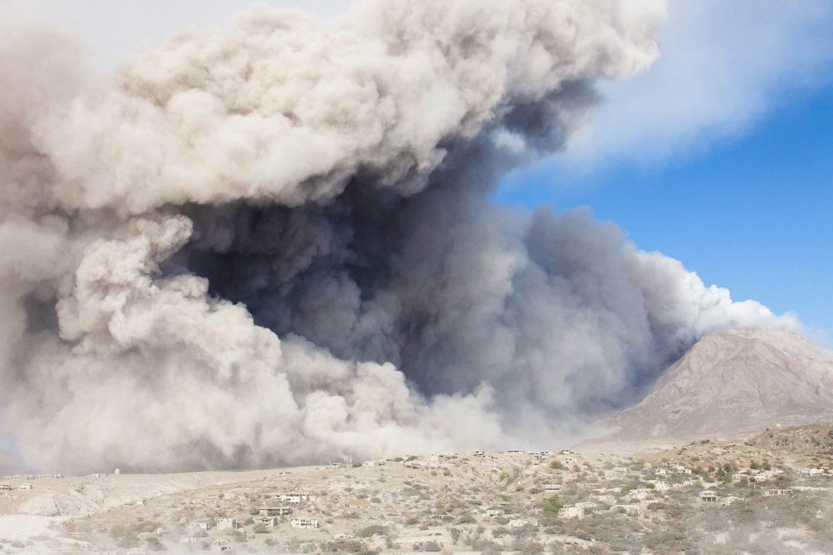 Mächtige Aschewolke über dem Vulkan Soufriére in Montserrat, Karibik - © Photovolcanica.com / Shutterstock