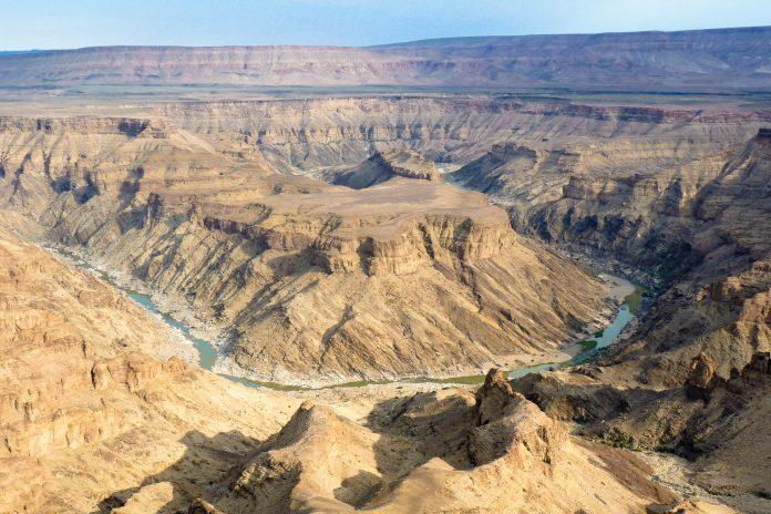 Blick in den Fish River Canyon im Süden Namibias - mit einer Länge von 160km und bis zu 27km Breite ist er der zweitgrößte Canyon der Welt - © FRASHO / franks-travelbox