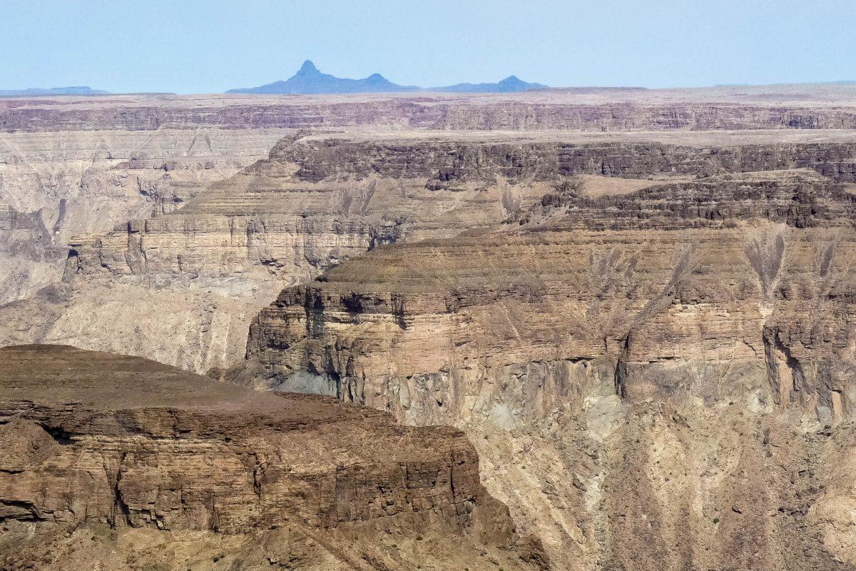 Blick vom Osthang des Fish River Canyon; die optimale Zeit für einen Besuch ist der Vormittag, etwa 2-3 Stunden nach Sonnenaufgang ist der Canyon bestens ausgeleuchtet, Namibia - © FRASHO / franks-travelbox