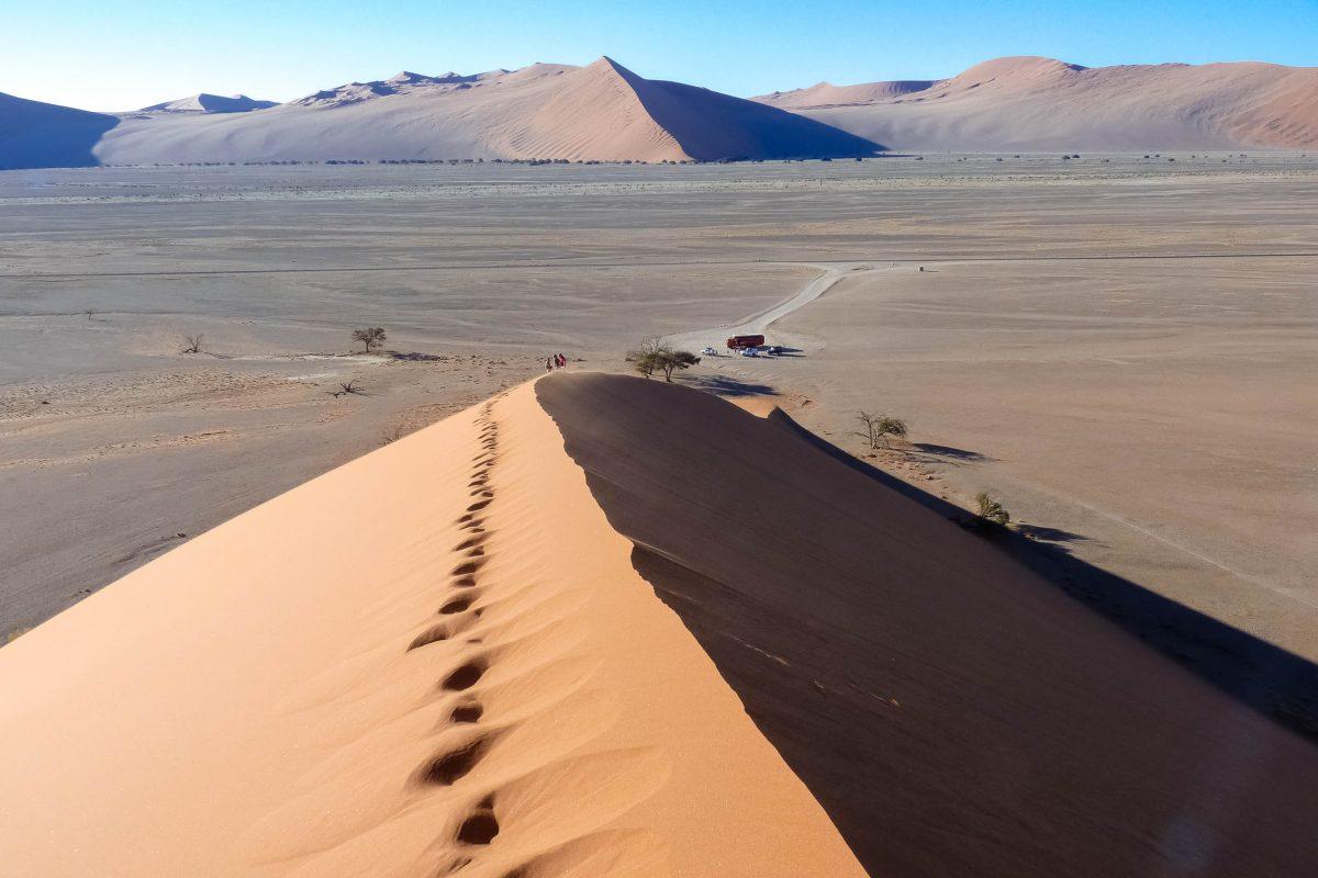 Blick von der berühmtesten Düne in Sossusvlei, der Düne 45, Namibia - © FRASHO / franks-travelbox
