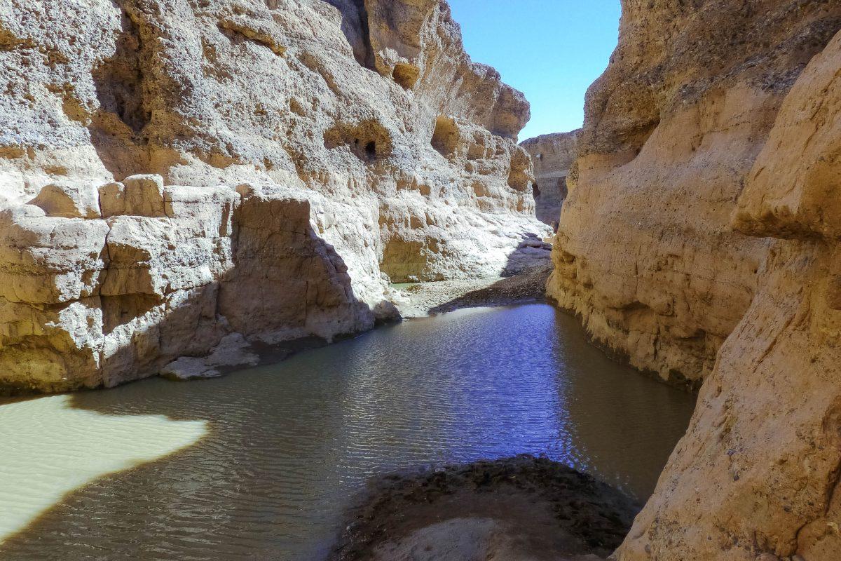 Der Sesriem Canyon wurde im Lauf von 2 Millionen Jahren vom Fluss Tsauchab bis zu 30m tief in die namibische Wüste gefressen, Namibia - © FRASHO / franks-travelbox