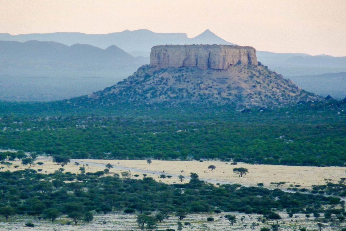 Die faszinierenden Plateau-Berge liegen wie rechteckige Bauklötze inmitten der sonst flachen Ebene des Damaralandes im Norden von Namibia - © FRASHO / franks-travelbox