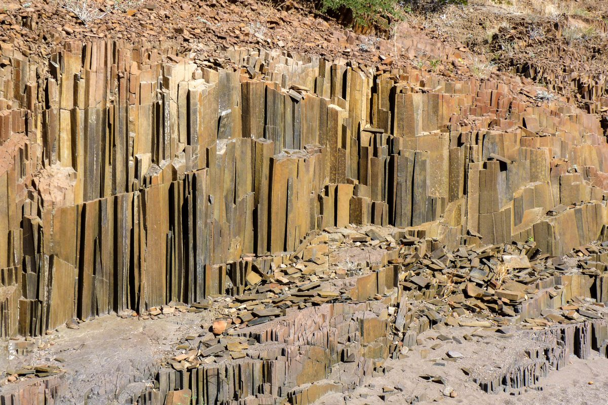 Die Orgelpfeifen im Norden von Namibia entstanden vor rund 150 Millionen, als flüssige Lava in das vorhandene Schiefergestein eindrang - © FRASHO / franks-travelbox