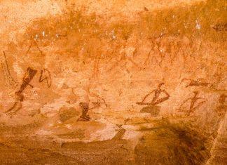 Eines der über 2.500 Felsbilder in Twyfelfontein - es sind überwiegend Jagdszenen dargestellt, in denen Menschen mit Pfeil und Bogen auf Jagd gehen, Namibia - © FRASHO / franks-travelbox