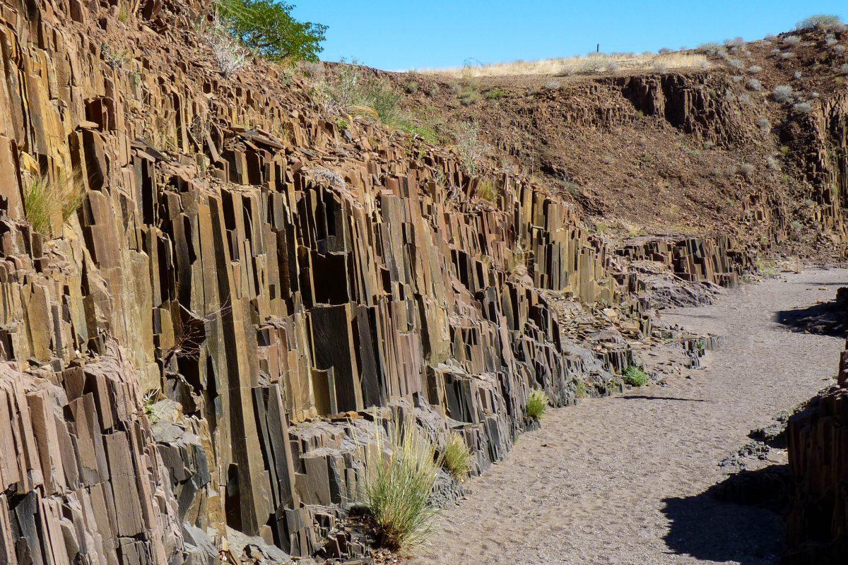 Einst floss zwischen den Orgelpfeifen von Namibia ein Fluss, der wohl auch zur Freilegung der eckigen Basaltsäulen beigetragen hatte - © FRASHO / franks-travelbox
