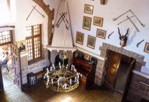 Innenansicht des Schloss Duwisib, das der Staat Namibia Anfang der 90er-Jahre großzügig renovieren und zum Museum umbauen ließ - © FRASHO / franks-travelbox
