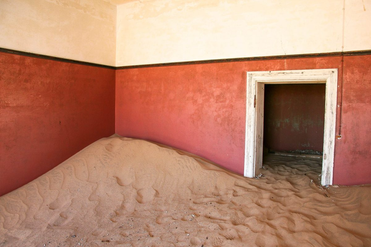 Der Wüstensand dringt in jede Ruine in der Geisterstadt Kolmanskop ein, Namibia - © kkaplin / Shutterstock