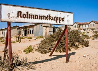 Die Geisterstadt Kolmanskop, auch Kolmanskuppe, liegt im Süden von Namibia etwa 19km von der Hafenstadt Lüderitz entfernt - © Willem Kerkhof / Shutterstock
