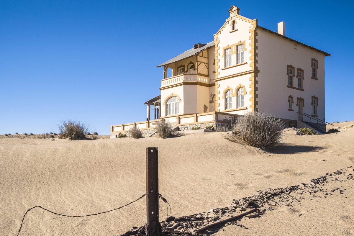 In der Geisterstadt Kolmanskop im südlichen Namibia wurden einst prächtige Herrenhäuser nach deutschem Vorbild errichtet, hier das Haus des Minenverwalters - © Reinhard Tiburzy / Shutterstock