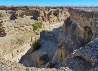 Links und rechts des Sesriem-Canyons streben die zerklüfteten Sandsteinwände nahezu senkrecht in den Himmel und lassen an manchen Stellen nur etwa 2 Meter Platz zum Durchschlüpfen, Namibia - © FRASHO / franks-travelbox