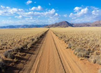 Pistenzufahrt  zu einer Farm im Namib-Naukluft-Nationalpark in Namibia - © FRASHO / franks-travelbox
